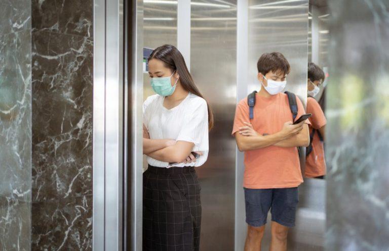 OMS dice que existe evidencia de contagio a través del aire, pero aún no es concluyente