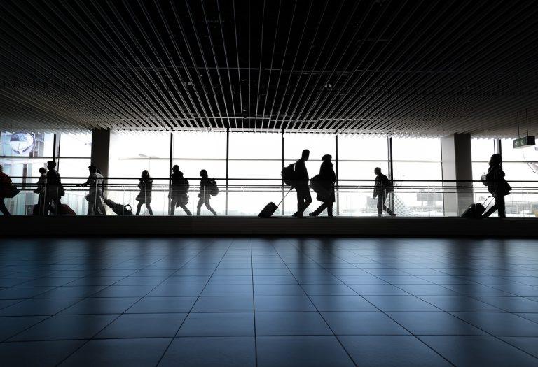 Suspensión de vuelos y cierre de fronteras, medidas urgentes para frenar la cepa brasileña