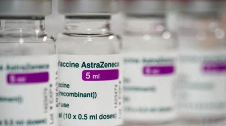"""Actualizado: la vacuna AstraZeneca vuelve con """"aval"""" a la carrera por la inmunidad"""